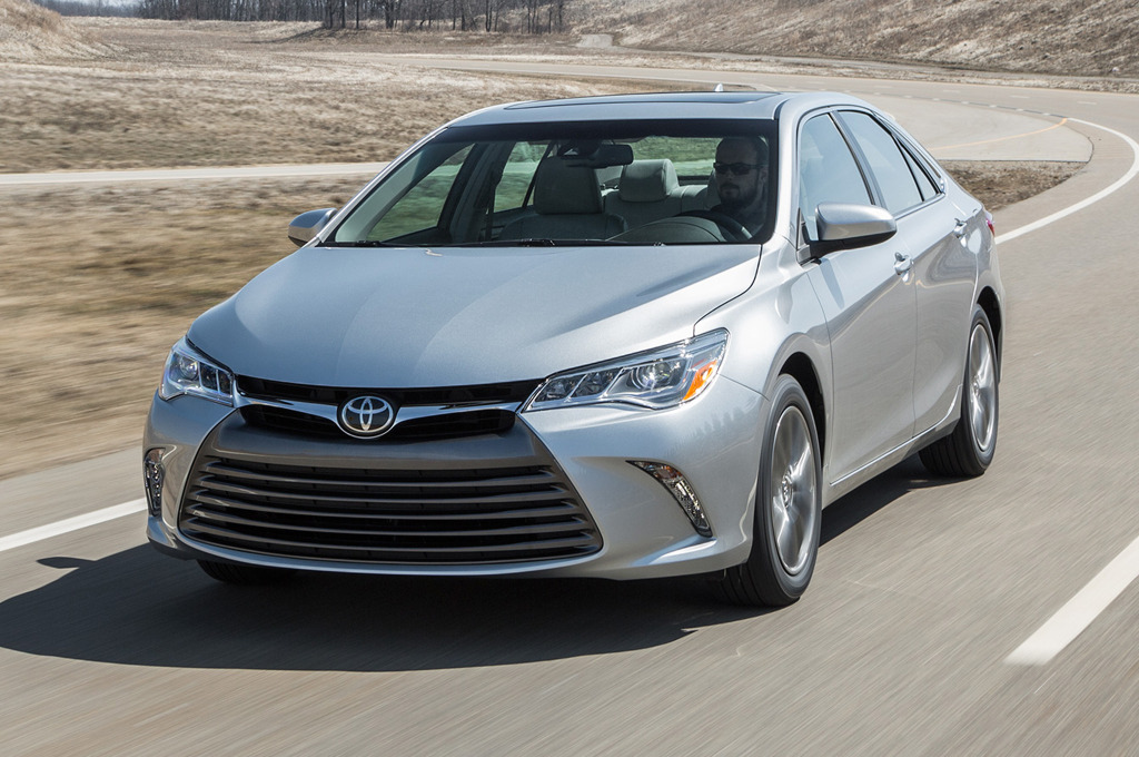 2015-toyota-camry-xle-front-motion-view
